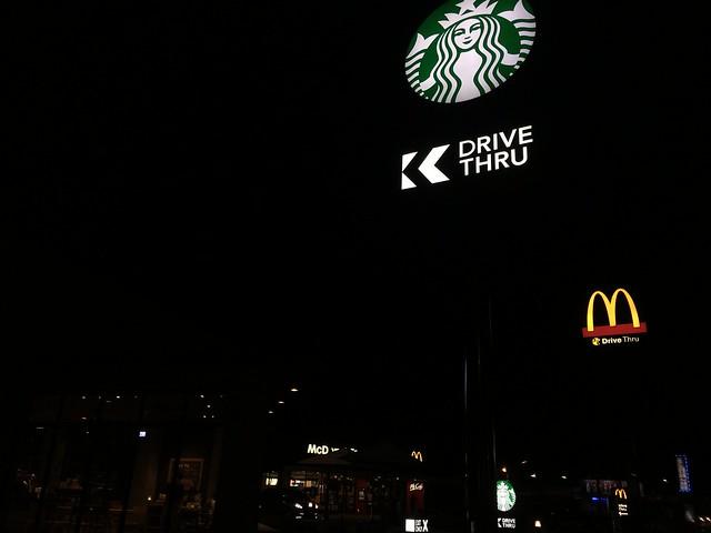 再往前走還有星巴克與麥當勞,還滿方便的啊XD