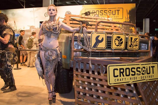 Cosplayerin post mit dem Auto bei der Crossout Ausstellung