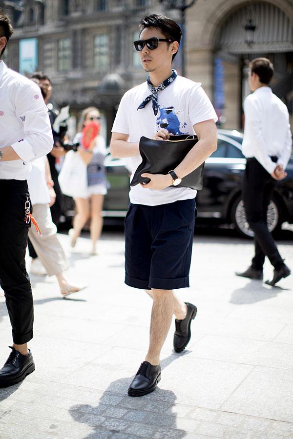 白Tシャツ×ネイビーショートパンツ×黒ダービーシューズ