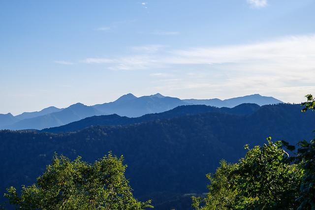 背後に妙高の山々