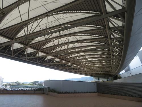 小倉競馬場の屋根を見上げる