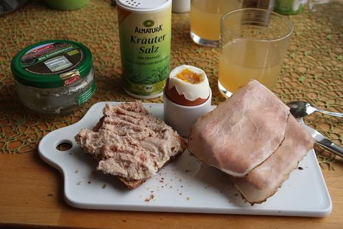 Bio-Zwiebelwurst und Schinken auf Roggenbrötchen zum Frühstücksei