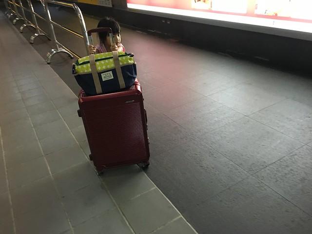 小孩幫我推行李!@ELLE花苑盛典25吋行李箱