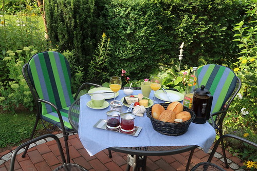 Frühstück im Garten (am dritten Morgen unseres diesjährigen Sommerurlaubs in Minden)