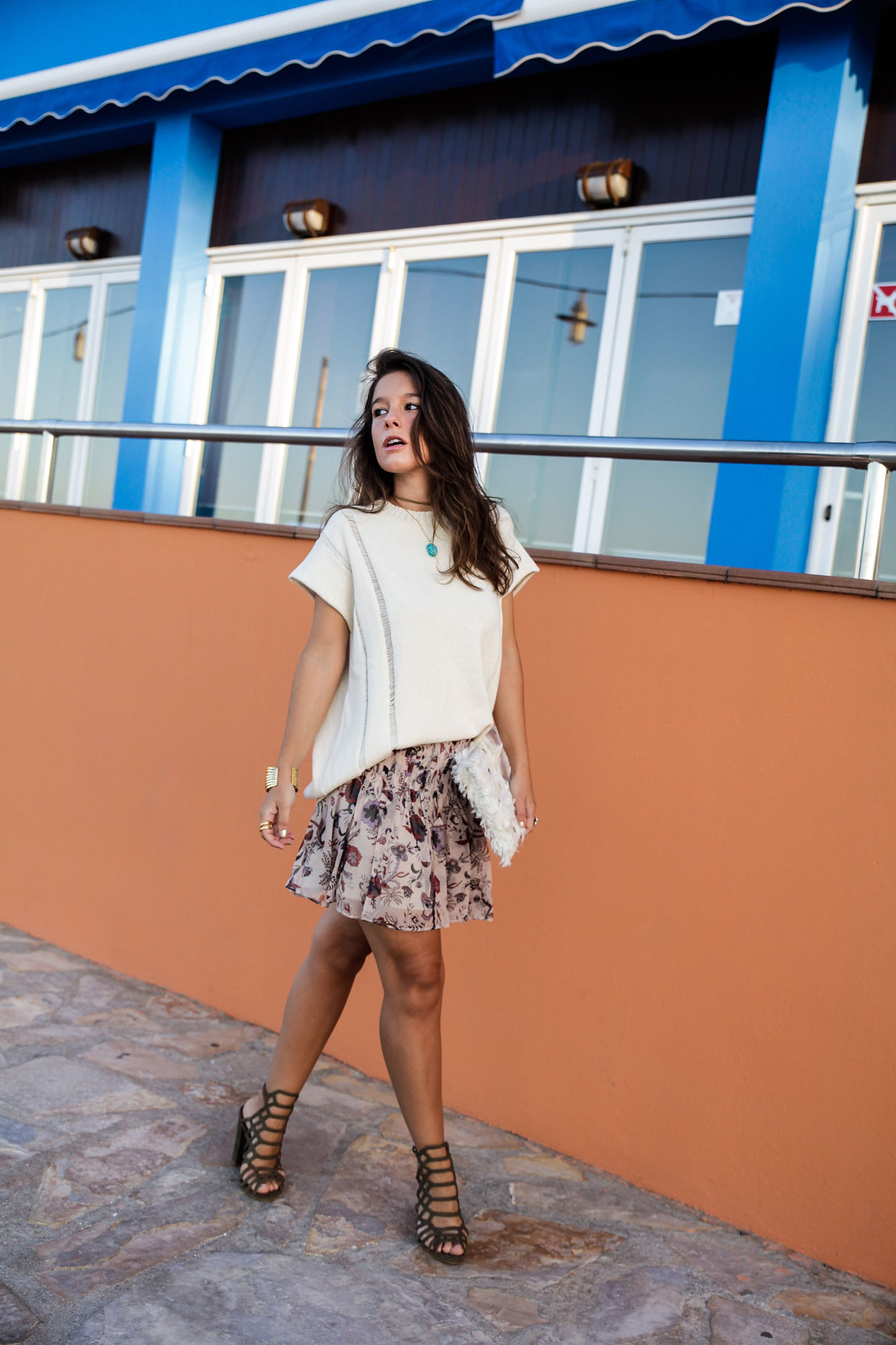 011_blusa_punto_falda_flores_summer_outfit_theguestgirl_rüga_schade_jewels_steve_madden_.magali_pasacal_influencer_barcelona_blogger