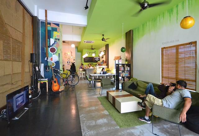 kuala lumpur hostels pods the backpacker home lounge