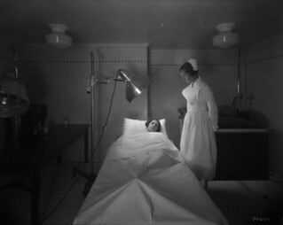 Château Laurier Hotel - woman receives infrared ray treatment, therapeutic department, Ottawa, Ontario / Hôtel Château Laurier - une femme reçoit un traitement à rayons infrarouges, service thérapeutique, Ottawa (Ontario)