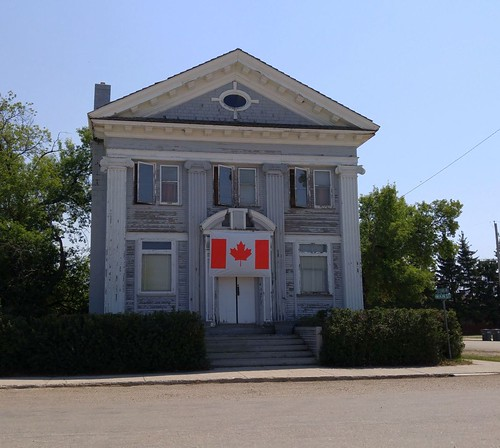 canada saskatchewan sk nokomis building bank flag tree prairie cameraphone 2017 thisdecade canadagood colour color green blue red white