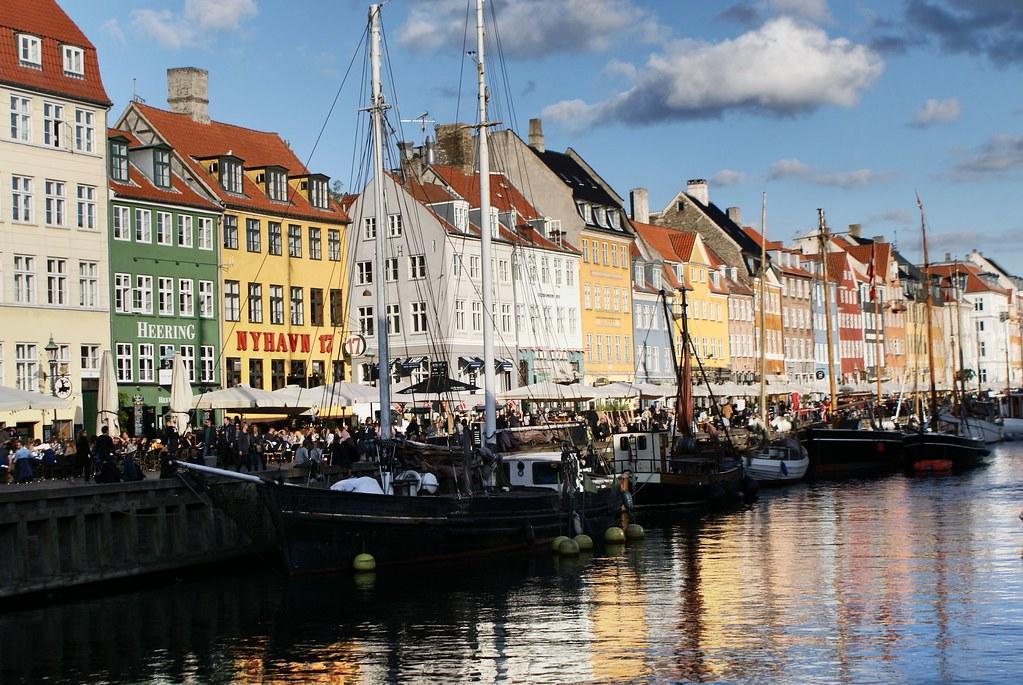 """> Canal du """"nouveau port"""" ou Nyhaven à Copenhague."""