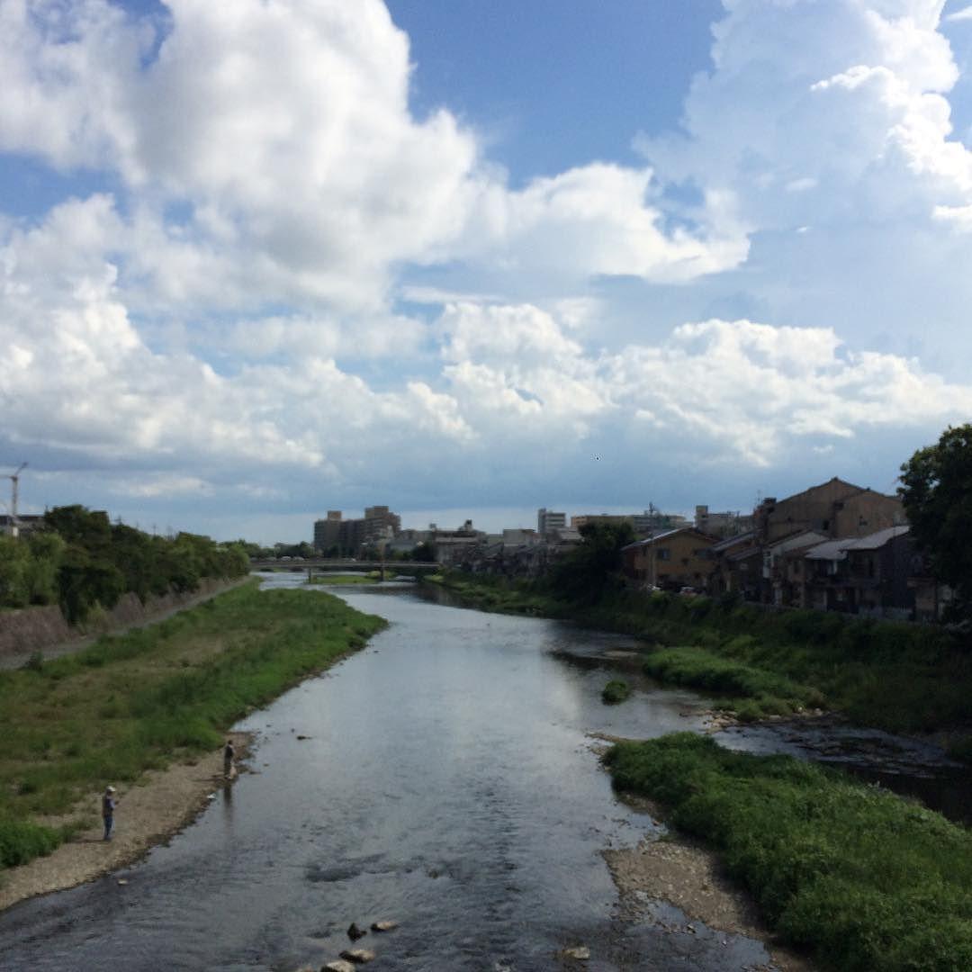 釣り人2人。山は、雨が降っていた。 #今日の鴨川 #kyokamo #sky #イマソラ