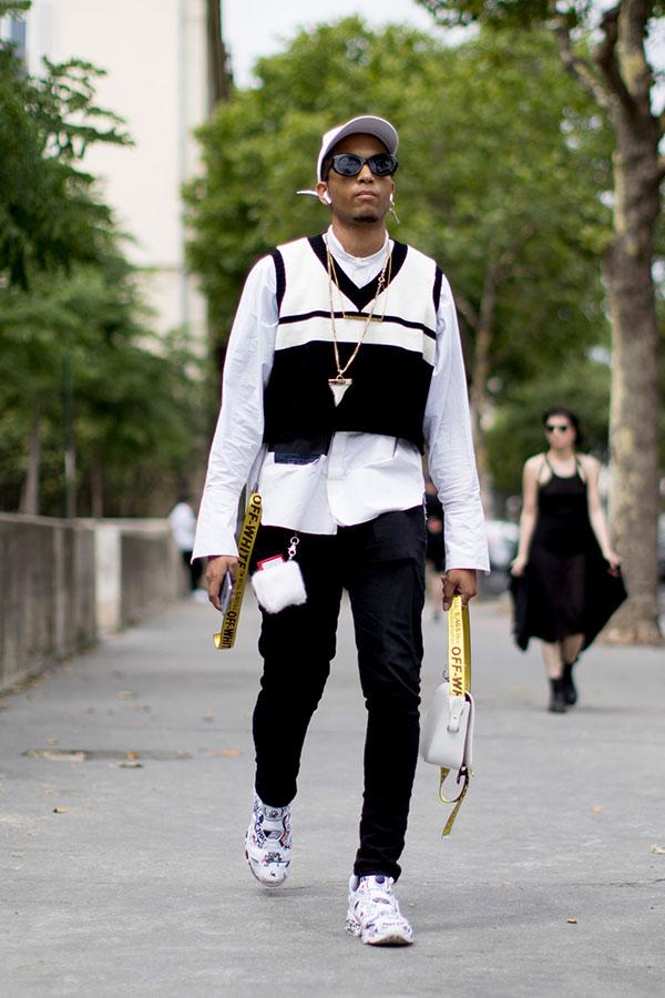 白キャップ×白バンドカラーシャツ×黒白ベスト×黒パンツ×Reebokインスタポンプフューリー 花柄