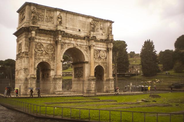 Arco de Constantino, junto al Coliseo.