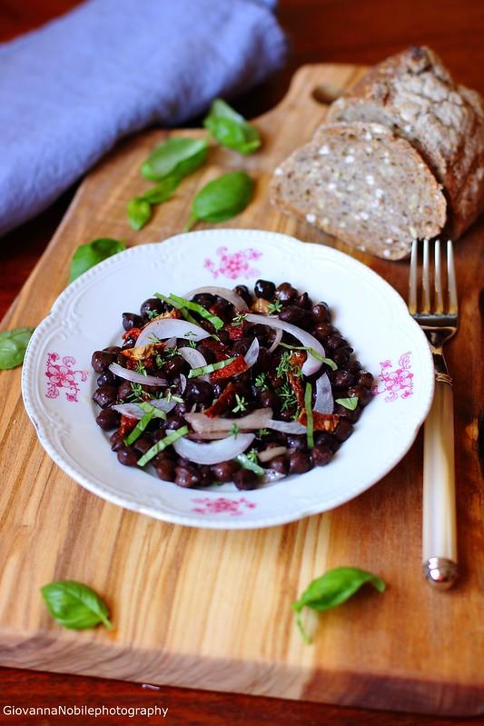 Ricetta dell'Insalata di ceci neri, cipolla di Acquaviva e pomodori secchi