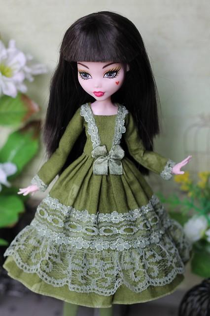 Зеленое платье с чулками
