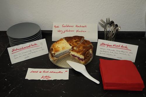 Vom Kuchenbuffet übrig gebliebene Stücke von der Mohnschmandtorte und der Marzipankirschtorte für die Kollegen und Kolleginnen mit ins Büro genommen