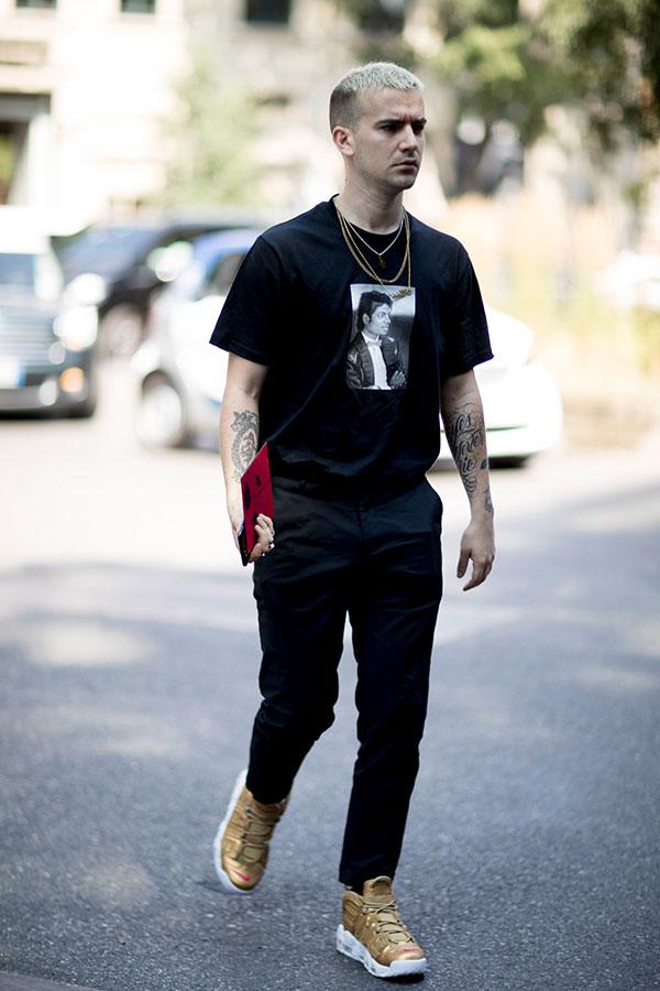 黒Tシャツ×黒パンツ×Nikeゴールドスニーカー