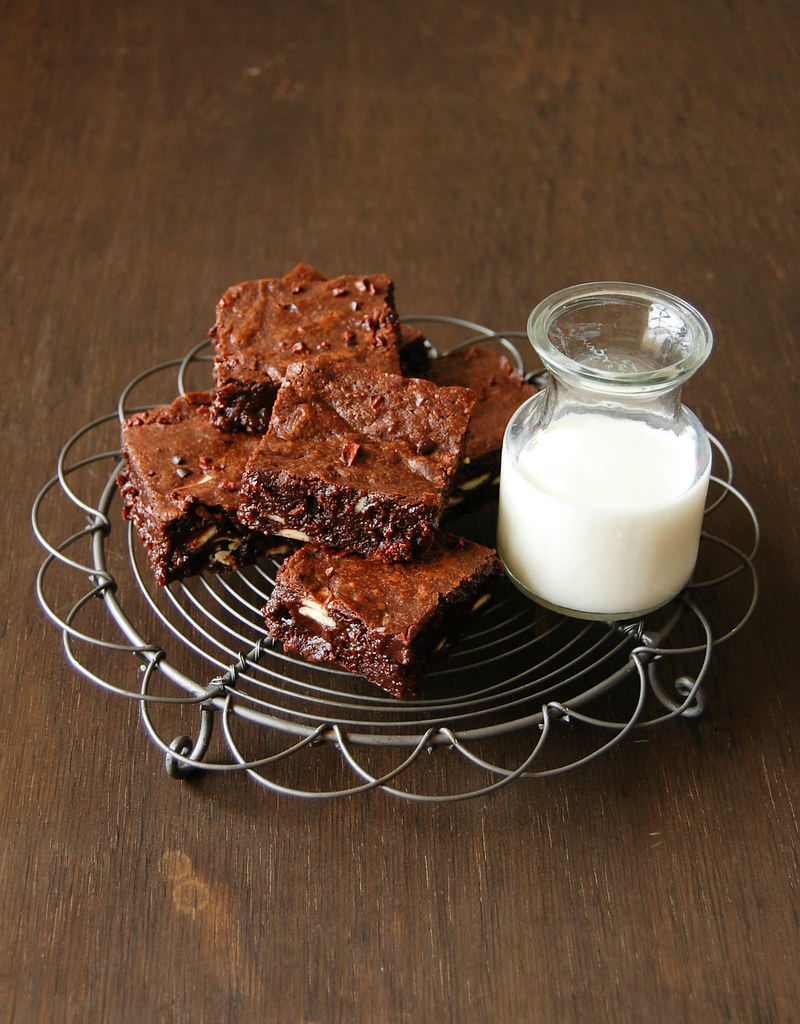 Brownies com chocolate branco e nibs de cacau / Brownies with white chocolate chips and cocoa nibs