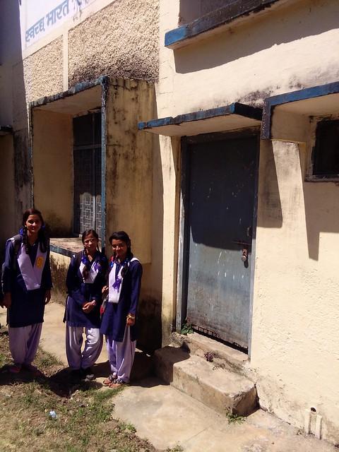 विद्यालय के शौचालय के समक्ष खड़ी स्कूली छात्राएँ