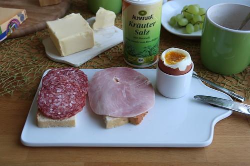 Kochschinken und Mettwurst auf Kastenweißbrot zum Frühstücksei