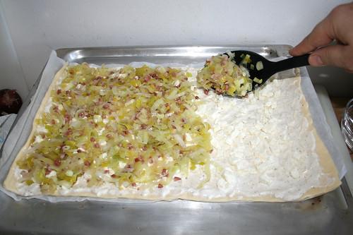 21 - Lauch-Speck-Mischung auftragen / Apply leek bacon mix