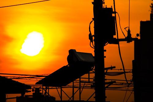 日没 太陽 空 雲 電気ポール 電気 ケーブル シルエット オレンジ 屋根 ビル building silhouette orange sun sunset cable pole elctricity electric cloud sky