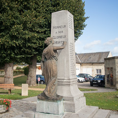 Vic-sur-Aisne war memorial - Photo of Pernant