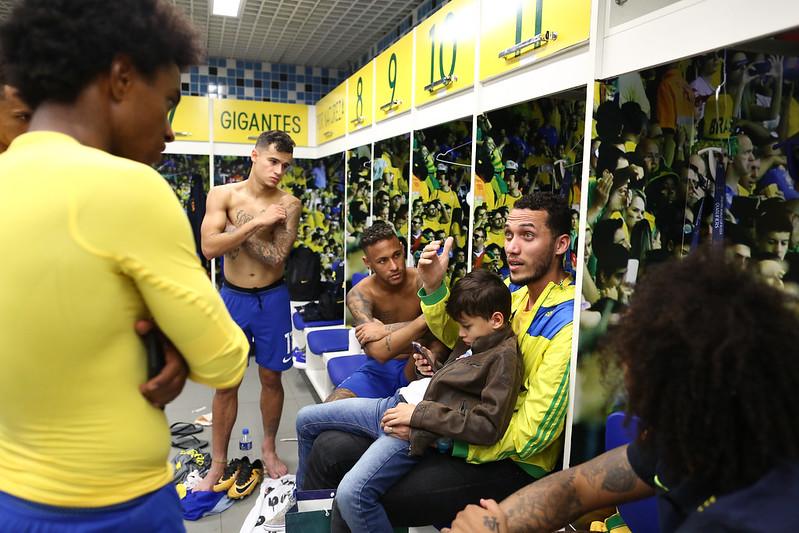 Neto, da Chapecoense, visita jogadores no vestiário
