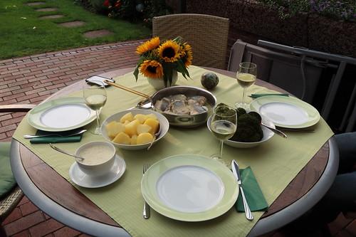 Auf der Haut gebratenes Seehechtfilet mit Senfsoße zu Kartoffeln und Broccoli (Tischbild)