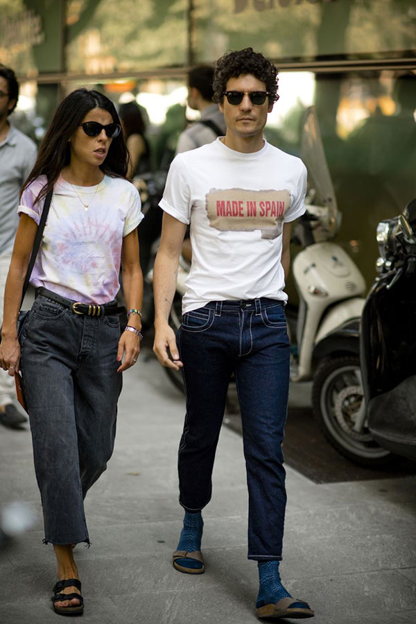 白Tシャツ×デニムパンツ×ベージュサンダル