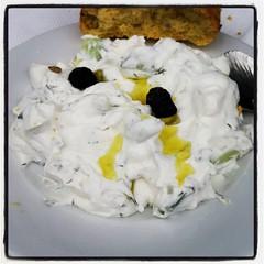 Hemkörd tzatsiki som lunchsällskap. Och grekiskt vin förstås. Ack, en sådan plåga! #ac #semestär