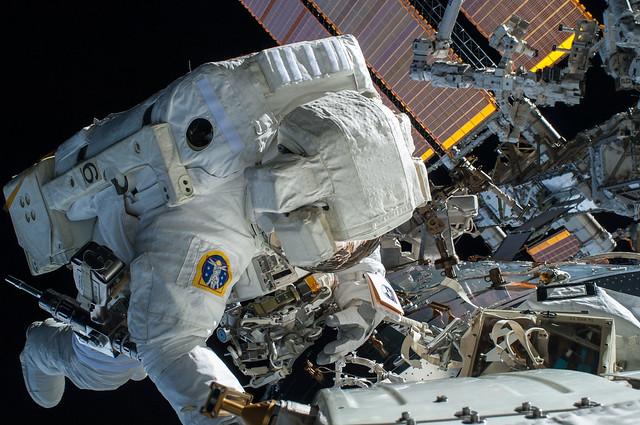 ISS-42 EVA-1 d Terry, Nikon D2XS, AF Nikkor 28mm f/2.8D