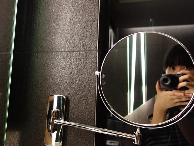 有雙面鏡可以好好化妝(背面放大到我毛孔都見人了,太害羞,就不拍了XD)@高雄Hotel dùa住飯店