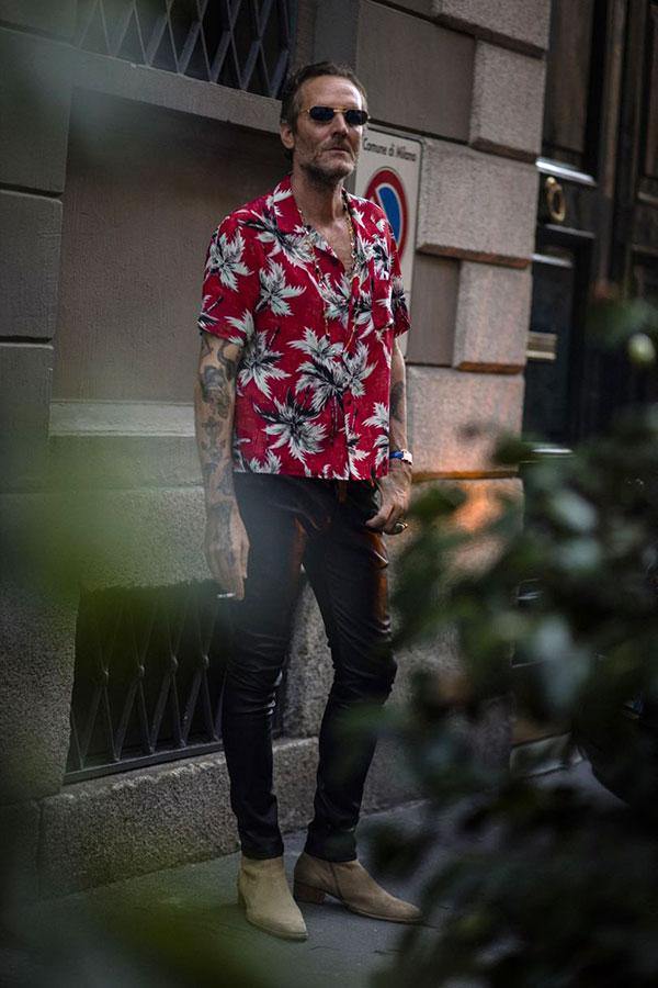 赤系柄シャツ×黒レザーパンツ×キャメルスエードブーツ
