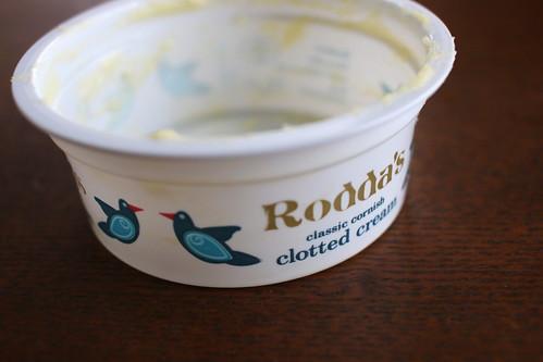 ブランデー風味のクロテッドクリームでスコーンを味わう