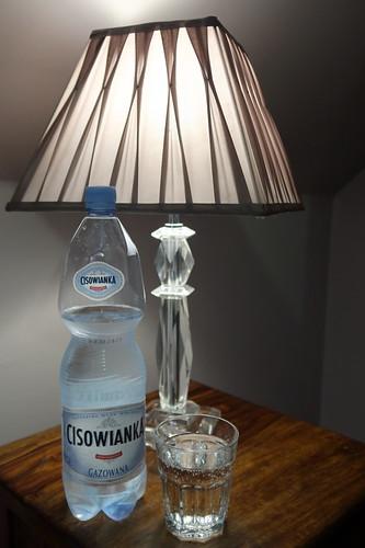 Polnisches Mineralwasser bei Erholungspause im Hotelzimmer