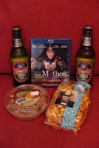 """Reiscracker, getrocknete Mangostreifen und chinesisches Bier Tsingtao zum Film """"Der Mythos"""""""