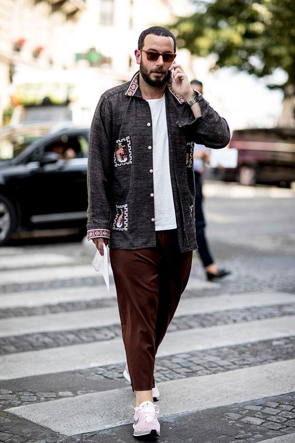 グレーシャツ×白無地Tシャツ×ブラウンテーパードパンツ×Nikeピンクスニーカー