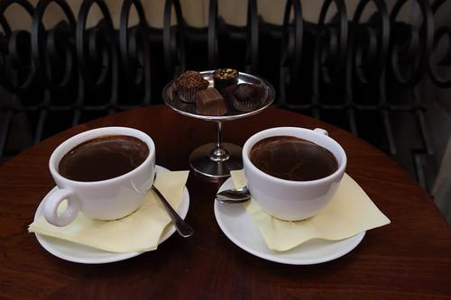 Klassische Heiße Schokoladen und Pralinen