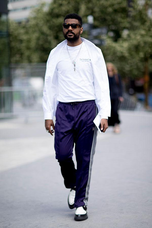 白シャツ×白Tシャツ×ネイビートラックパンツ×黒白コンビクリーパーシューズ