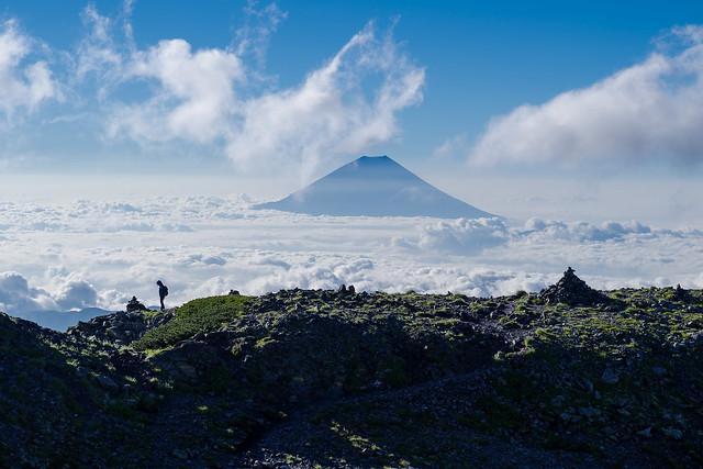 雲海と富士山・・・女性ハイカー何を思う