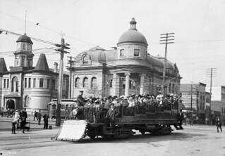 Observation car with City Hall and Carnegie Library in the background, Vancouver, British Columbia / Voiture panoramique avec l'hôtel de ville et la bibliothèque Carnegie en arrière-plan, Vancouver (Colombie-Britannique)