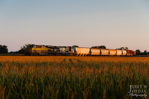 es44ac 8100 ns sunset curve trainm30 heritage manifest cornfield norfolksouthern train bellevue ohio unitedstates us