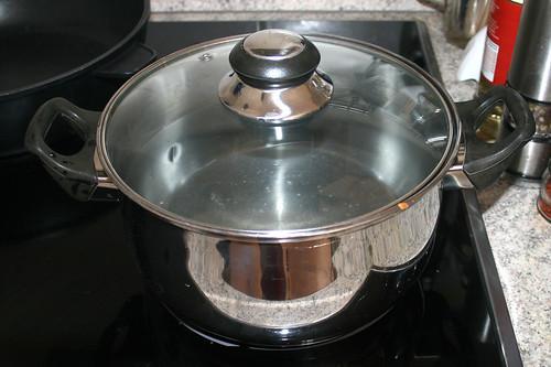 42 - Topf mit Wasser erhitzen / Bring water in pot to a boil