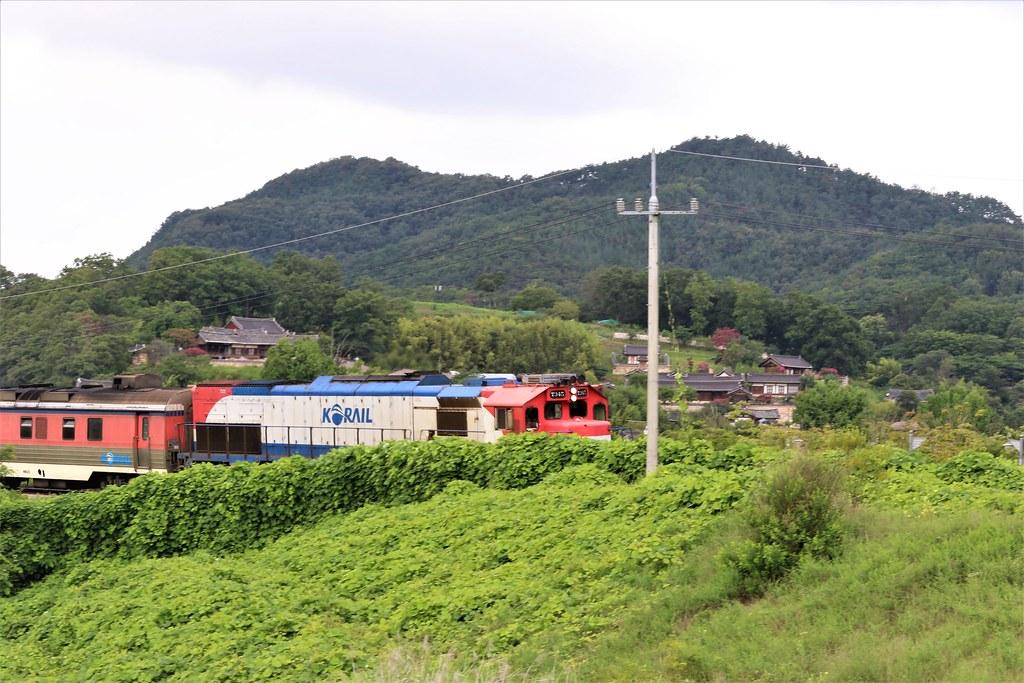 16양동마을을 지나치는 기차 위로 관가정이 보인다