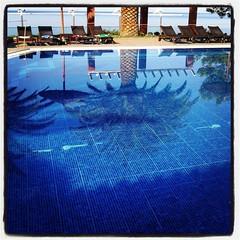 Snart öppnar poolen. Och självfallet har några andra idioter sedan länge lagt ut handdukar på de platser vi önskade nyttja pga bra skugga. #ac #semestär