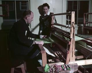 Occupational therapy work - Nurse Lt. Merkley observes a serviceman weaving at a loom / Travail en ergothérapie -  L'infirmière Lt. Merkley observe un militaire utilisant un métier à tisser