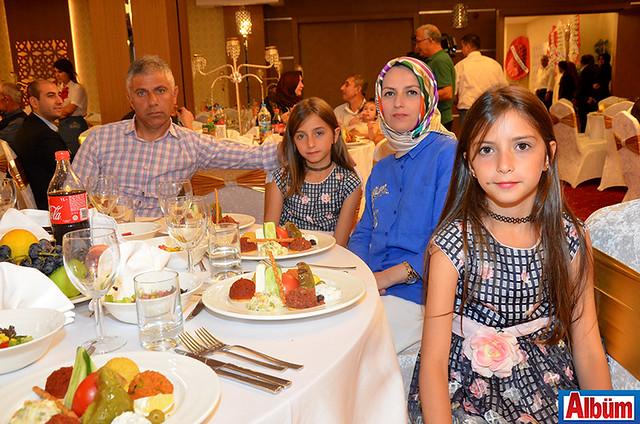 Kadir Soydin, eşi Havva Soydin ve kızları Birgül ile Aybüke'yle eğlenceli bir akşam geçirdi.