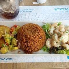 Camarões, arroz de coco, patacones e guacamole, Stefano's Bistrô.