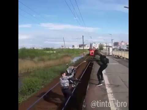 หนุ่มพิเรนเล่นหวาดเสียวกับรถไฟ