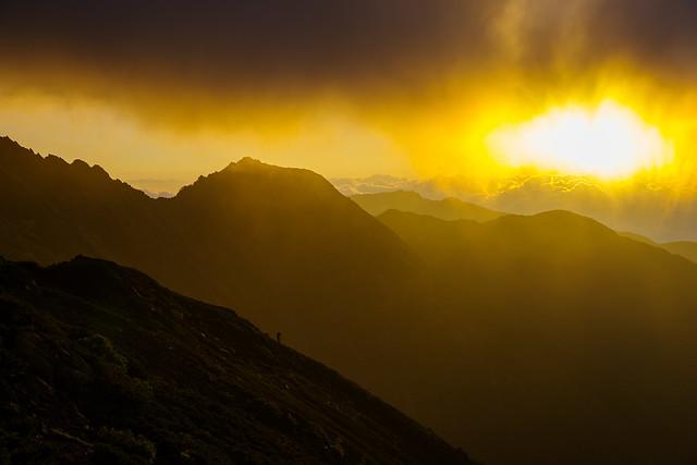 朝陽の左に八本歯ノ峰